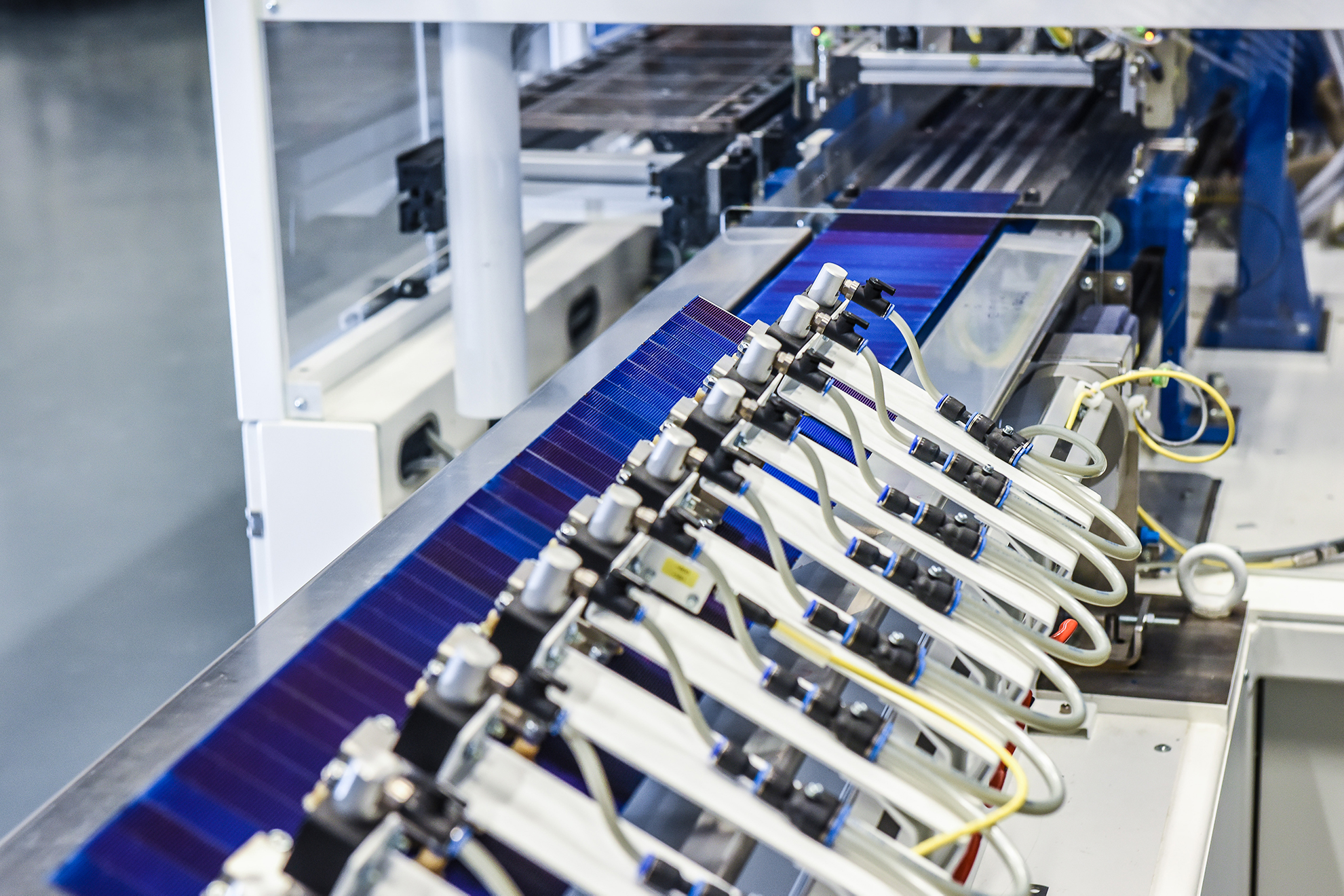 The Fraunhofer Institute for Solar Energy Systems (ISE) has developed a bonding method for the interconnection of silicon solar cells for the industrial production of shingle modules. Image: Fraunhofer ISE