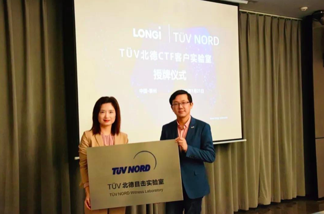 Dr. Lv Jun (right), Vice President of LONGi Solar, received the award plaque from Ms. Angella Xu (left), Senior Vice President Renewables of TÜV NORD GROUP