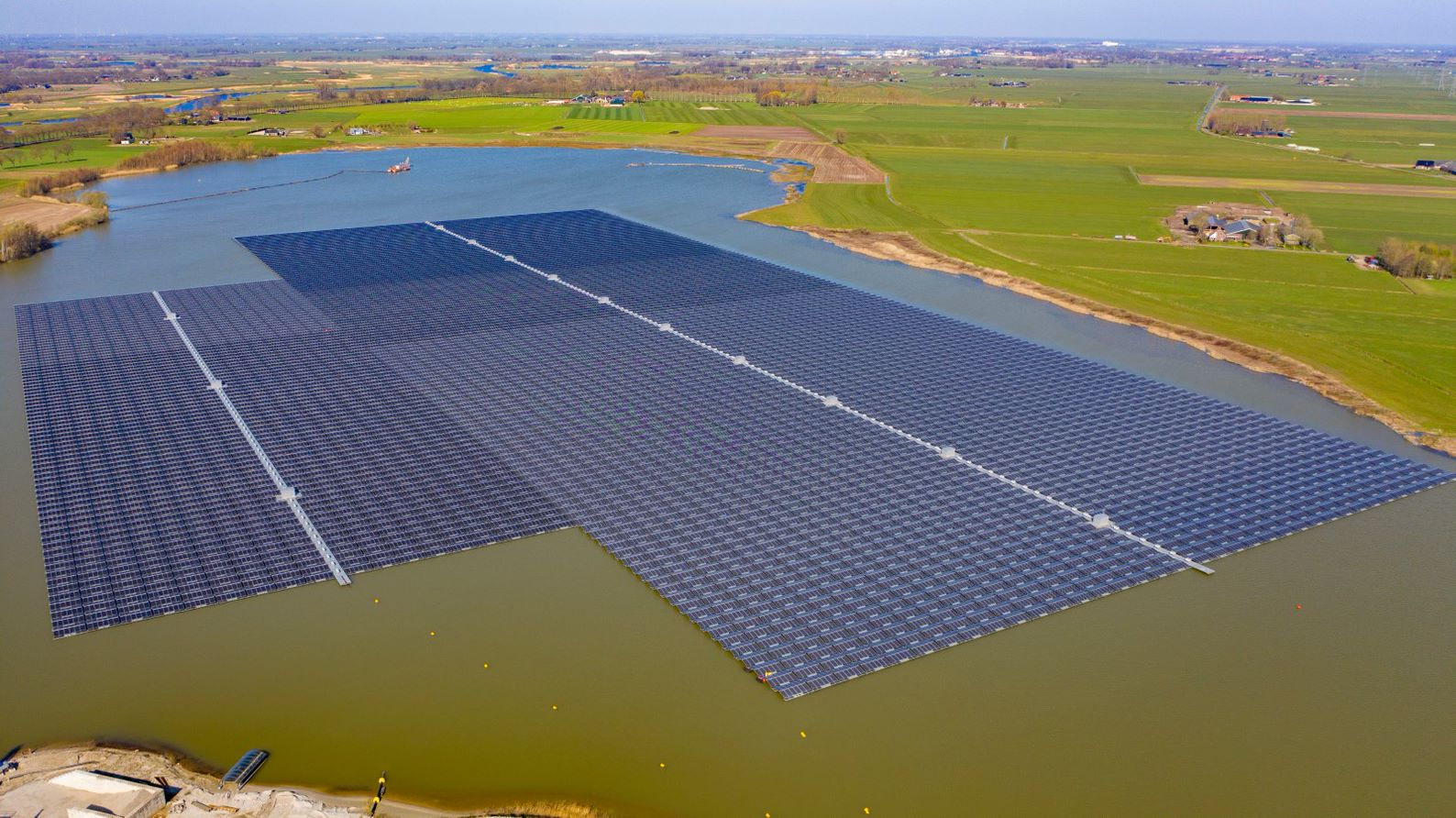 The 27.4MWp floating array is constructed on a sandpit lake. Image: BayWa r.e.