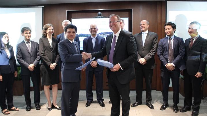DHD general director Le Van Quang and Christopher Thieme from ADB after signing the financing agreement. Credit: ADB