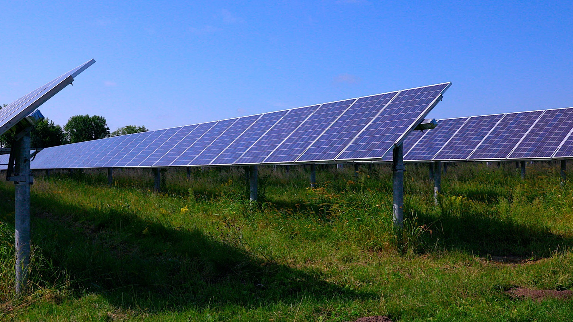 ased on the EPA's greenhouse gas equivalencies calculator, the project is estimated to offset carbon dioxide emissions by 190,000 metric tons annually and will be the largest solar project in South Dakota. Image: Geronimo Energy