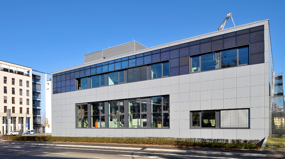 The modules can be seen at the top of the building's front facade. Image: Fraunhofer ISE.