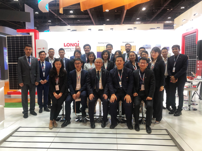Li Zhenguo took a group picture with the LONGi team attending the Abu Dhabi Expo before making his way to the airport