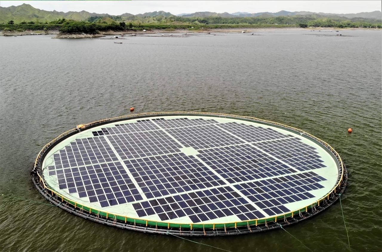 Floating solar plant in the Philippines. Credit: Ocean Sun