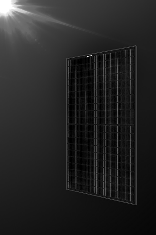 The full black version (black backsheet and frame) delivers high power output of up to 325 watt peak and is ideal for customers with limited roof space or partial shading. Its super-strong frame carries loads of up to 7,000 Pa. Image: REC Group