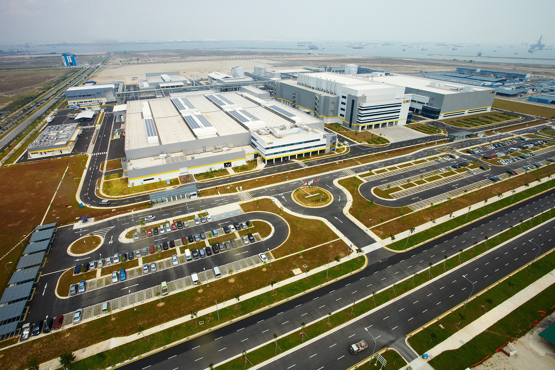 The company has around 1,500MW of module capacity in Singapore. The ingot/wafer facilities are on the left, while cell and module facilities on the right of the picture. Image: REC Group