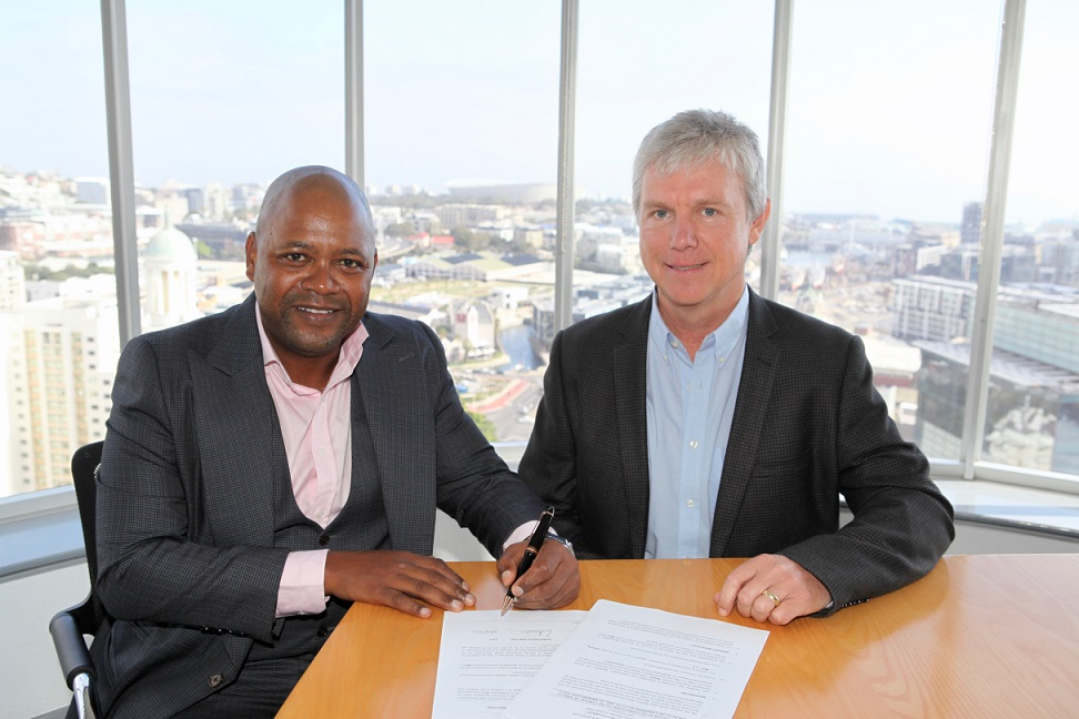 Reatile Group formally enters into a shareholding agreement, with juwi Renewable Energies, with the signing of the papers by Simphiwe Mehlomakulu, Chairman of Reatile Group & Greg Austin, Managing Director of juwi. Credit: juwi