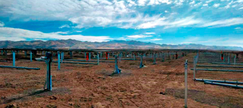 The TracSmarT single-axis trackers are able to cut down on both time and installation costs by covering a large amount of uneven terrain. Image: Solar Steel