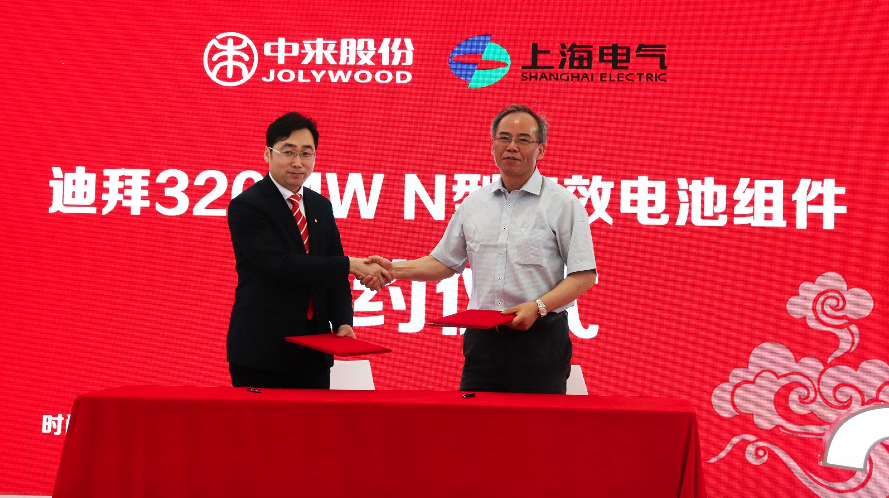 Dr. Zhifeng Liu from Jolywood signs contract with Mr. Xiaobin Cao from Shanghai Electric. Credit: Jolywood