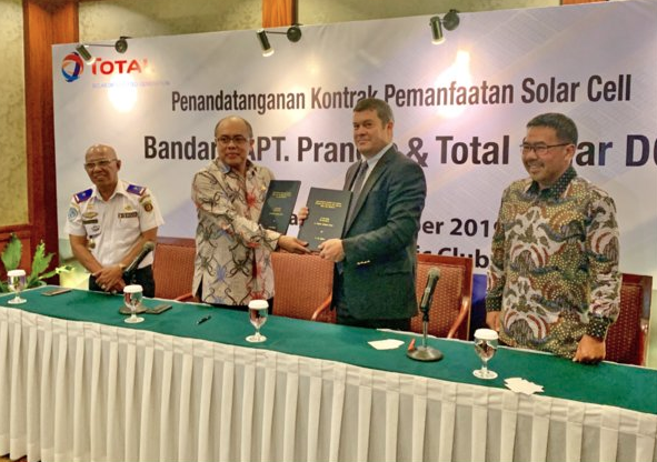 Total Solar DG and APT Pranoto Airport signing the solarization contract. Credit: Total
