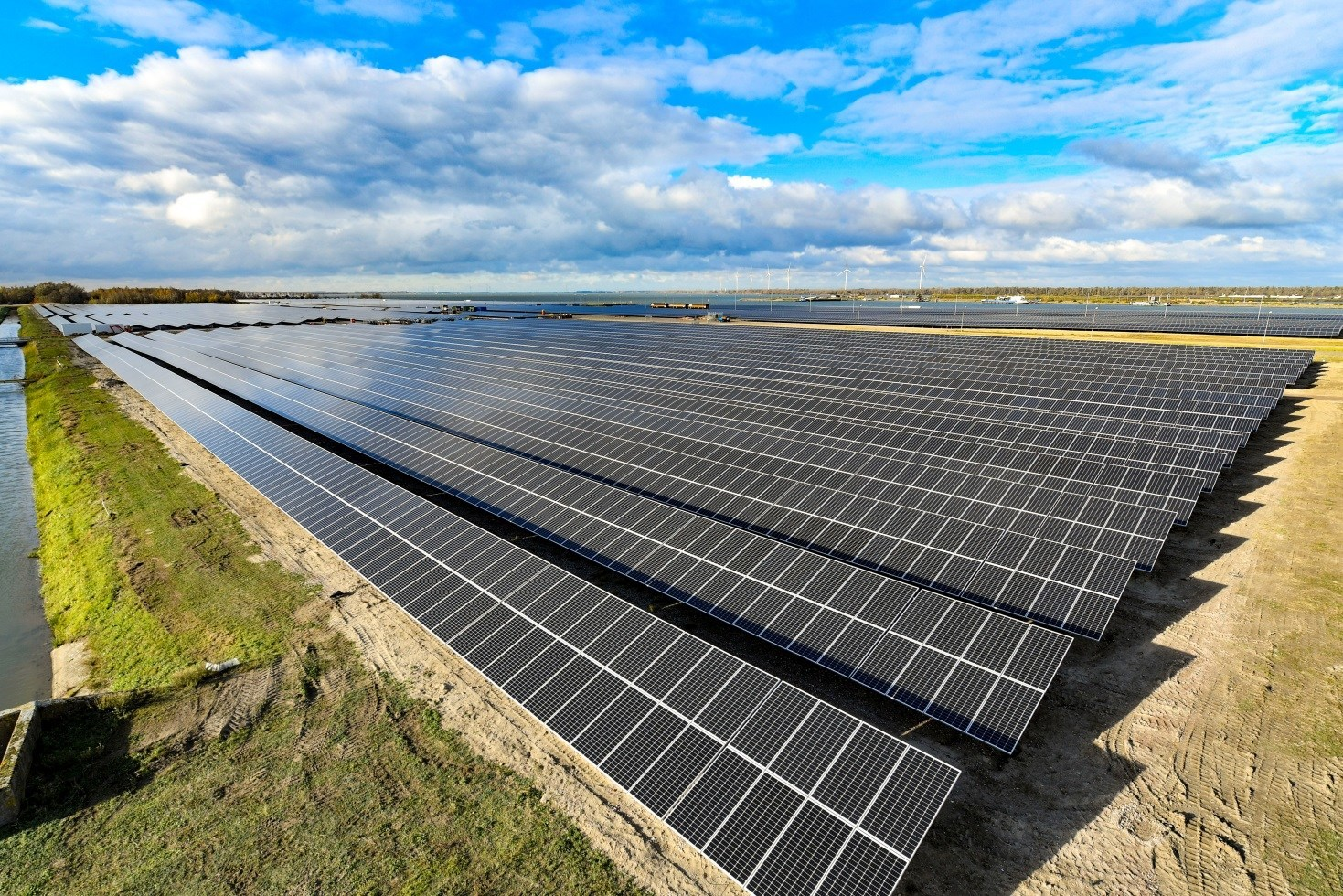These PV modules installed at Shell's Moerdijk Solar Park are generating clean power that is equivalent to the energy consumption by 9,000 Dutch households. Image: Suntech
