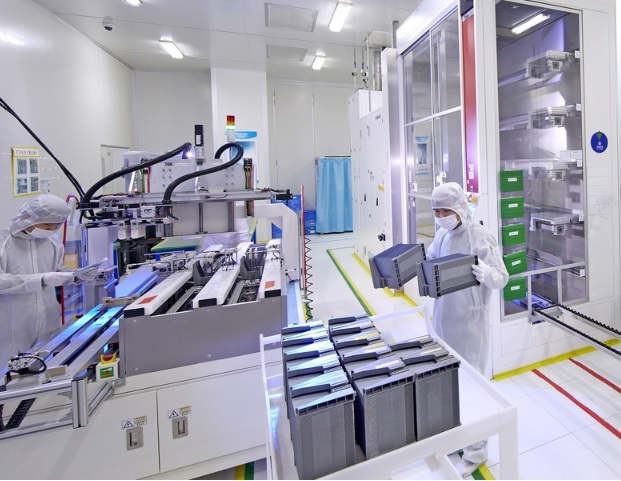 The cell was fabricated at Trina Solar's State Key Laboratory (SKL) of PV Science and Technology (PVST),  using manufacturing equipment typically seen in standard volume production lines. It has an area of 252 sq cm with nine busbars. Image: Trina Solar