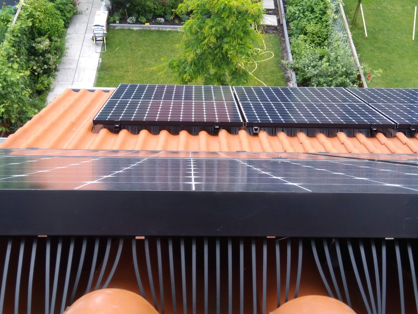The BirdBlocker is supplied per linear metre and can be easily cut to size with large scissors or wire cutters and includes 7 stainless steel clips for securing the BirdBlocker. Image: Van der Valk Solar Systems