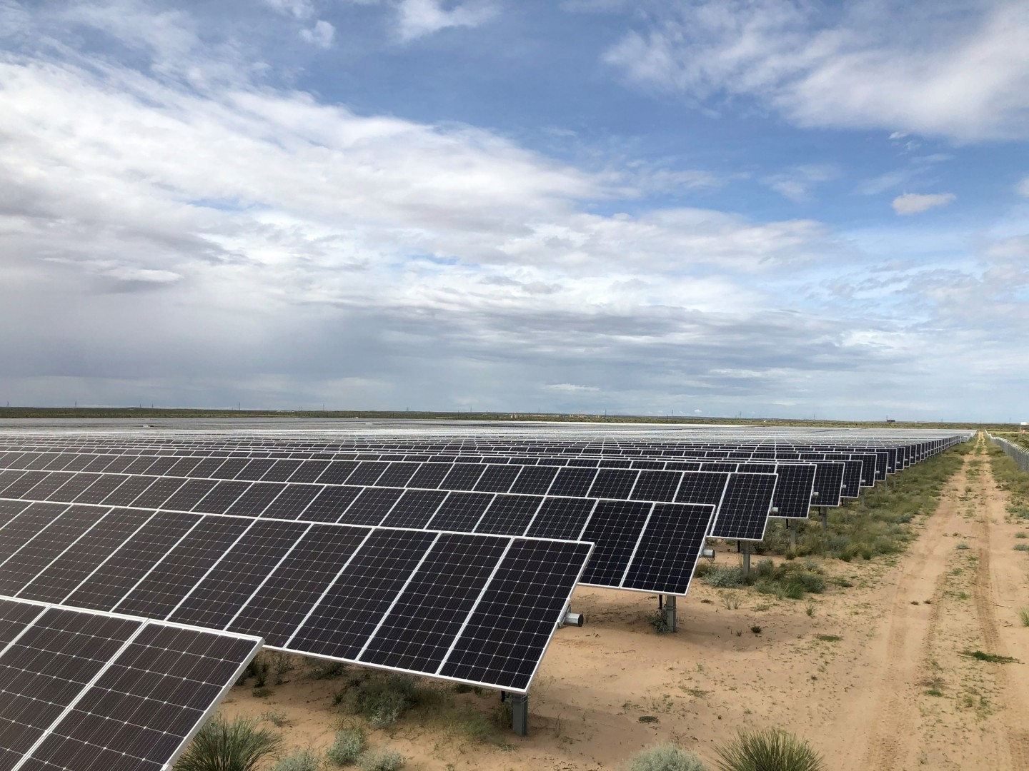 The installation is comprised of nearly 350,000 solar panels on a surface of 550 football pitches. West of the Pecos stands RWE's first solar project in Texas and is the latest expansion of a growing footprint within the US. Image: RWE