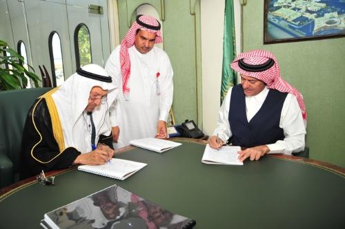 A'laa bin Abdullah Naseef and Shiekh Ibrahim Al-Afandi sign the contract. Credit: Al-Afandi Group