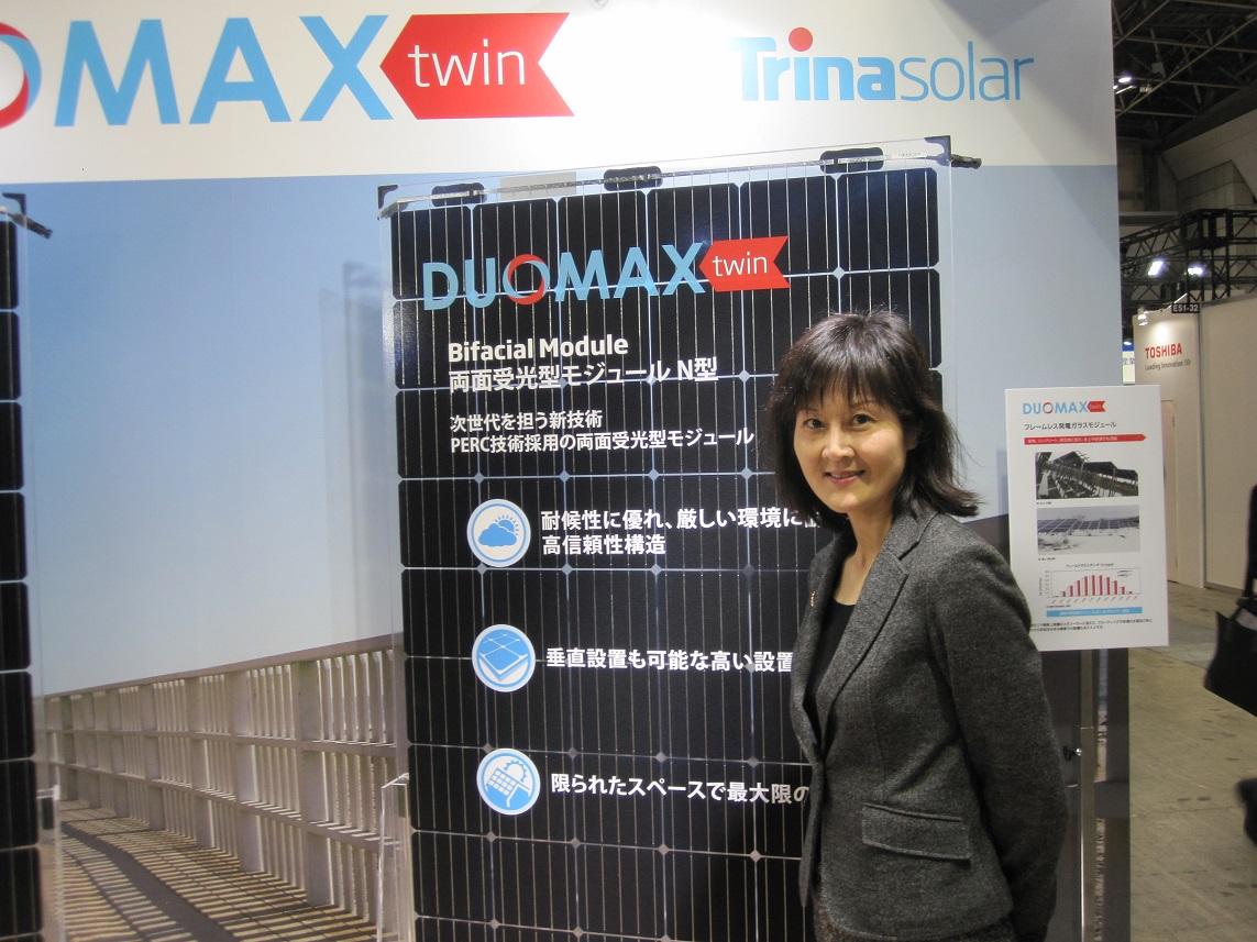 Trina Solar Japan director Ye Chen with the company's latest bifacial modules, at the PV Expo show in Tokyo. Image: Andy Colthorpe.